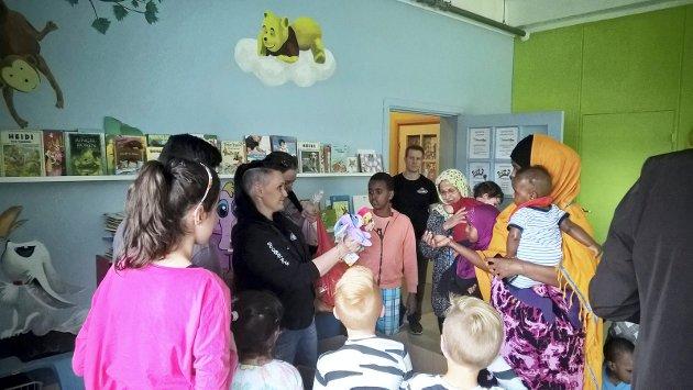 Norsk Folkehjelp er blant organisasjonene som, ifølge Leif Egil Andreassen, består av godhetstyranner. Bildet er fra Veumalleen Asylmottak som Norsk Folkehjelp driver. Ringo Gressvik Leker var denne gangen på besøk med gaver til barn på mottaket.