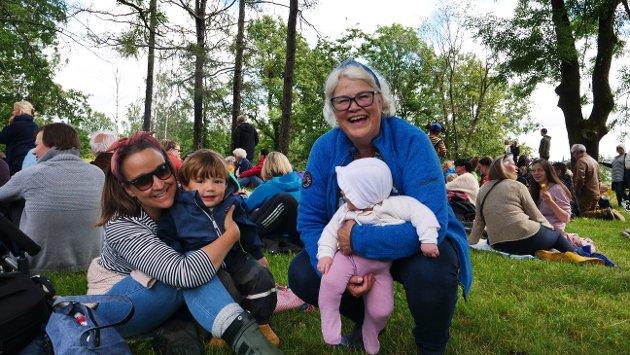 Ida, Theodor (3), Inger Anne og Iben (6 mnd). Dette er Ibens første teaterforestilling, mens Theodor var her i Bratliparken i fjor også. Han har gledet seg til Hakkebakkeskogen i et helt år!
