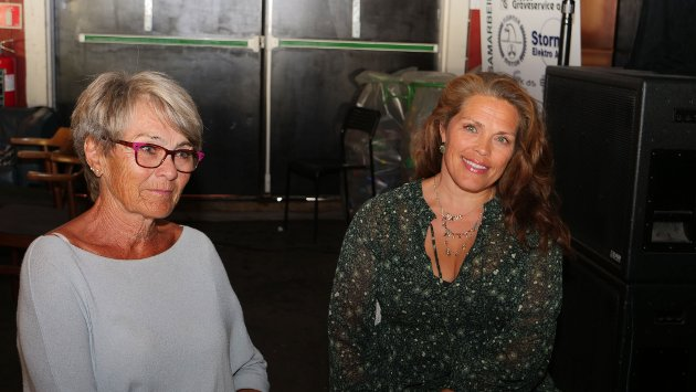 Anne-Grethe og Christine. – Det er så flinke folk på scenen!