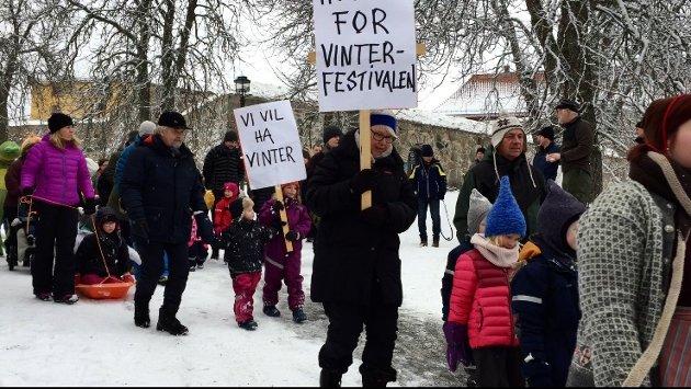 """DEMONSTRASJON: """"Vi vil ha vinter"""" skrev ungene på plakaten sin. De toget ned sammen med de voksne ned fra ytre vakt på festningen."""