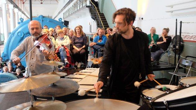 Et fenomenalt samspill mellom Nils Økland, slagverker Kåhon Mørch Stene og de andre musikerne.