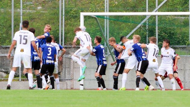 MÅL: Thomas Klemetsen Jakobsen stanger inn MFKs andre scoring.
