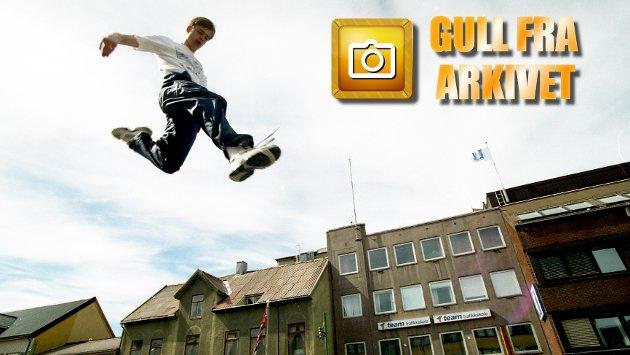Akrobatiske krumspring fra medlemmer i Tromsø Turnforening var en del av programmet da Idrettens dag ble arrangert under byjubileet i 1994.
