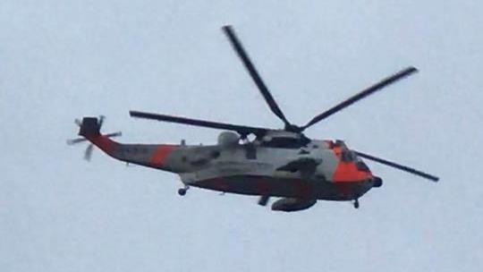 HELIKOPTER: Et Sea King redningshelikopter og politihelikopteret er satt inn i søket fra lufta. Røde Kors, Norsk Folkehjelp og politiet arbeider på bakken for å finne den savnede mannen i 50-åra. Foto: Vegard Paulsen