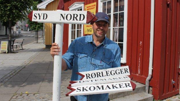 Hobbyskiltmakeren Tom Rune Olsen har laget veiviserskilt til handelstanden i Langesund. I en så stor småby som Langesund, er det mange gjester til byen som ikke finner fram til de enkelte butikkene.