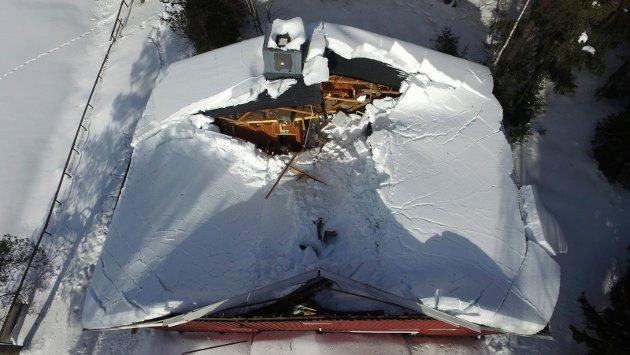 Taket på klubbhuset på Brufoss har rast ned under store snømengder. Huset har kollapset og ødeleggelsene er store.  Ringsaker Blad meldte om saken tidligere tirsdag morgen hvor leder av idrettslaget uttaler seg om ødeleggelsene.