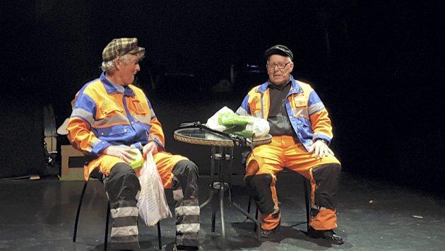 KULTURELL BEGIVENHET: Den klassiske matpallepraten med veteranene Ole Erik Eier og Odd Opaker er en inkarnasjon av revylivet i Nes. foto: jan rudolf pettersen