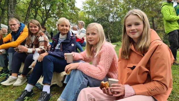 Kjell Arne Gøranson (fra venstre), Åshild Fatland, Liv Fatland, Erika Fatland Gøranson og Mathilda Røsgaard Gaupseth koste seg i Vanndamman.