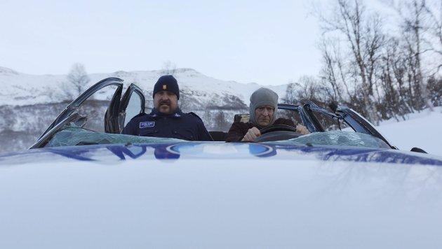 GIR SEG ALDRI: Henrik Mestad spiller også i denne filmen spesialetterforsker Mørk, og har fortsatt som livsoppgave å forhindre ulovlig og hasardiøs bilkjøring - koste hva det koste vil. Foto: Filmweb.