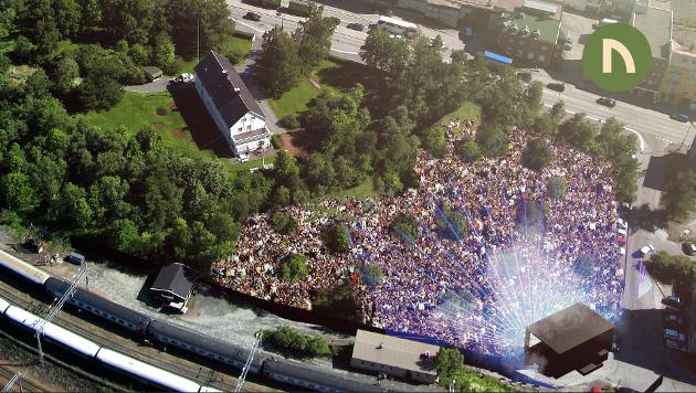 SCENE: Slik ser arrangøren for seg at scenen vil stå i Bromsgårdparken, med publikum stående oppover i et naturlig amfiteater. La oss fylle parken til randen i helga.