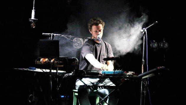 Kristoffer Almås spilte på Mjaavatnbrygga tirsdag kveld. Det ble en mektig opplevelse .