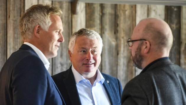 LEDELSE: Alstahaug-ordfører Peter Talseth (SP), her stående sammen med rådmann Børge Toft (til venstre) og Ranas ordfører Geir Waage (Ap).