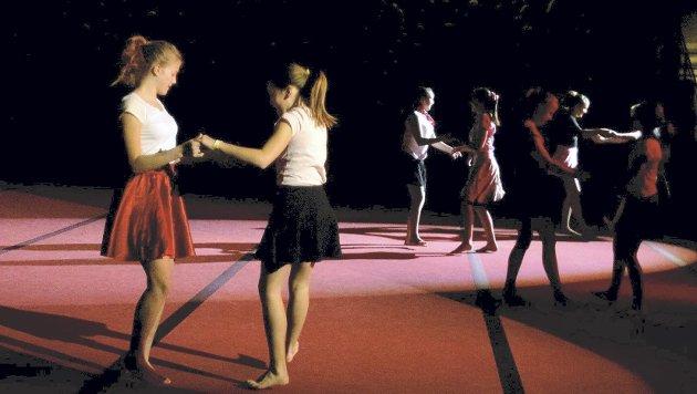 GREASE: Dans hører med under oppvisninger, og her viser danseglade ungdommer utdrag fra «Grease». (Foto: Freddie Øvergaard)