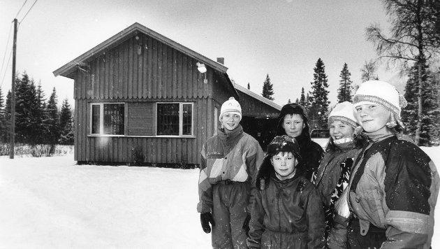 Langvassgrenda skole i november 1992. – Det er dumt at politikerne vil ta fra oss skolen vår, sier f.v. Hilde Leiråmo, Frode Johansen, Rosita Helen Guldvik, Inger Anne Guldvik og Per Steinar Granlund (foran).