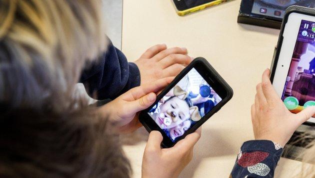 Begrensninger: Artikkelforfatteren vil at mobilbruken på skolene strammes inn, samtidig som elevene lærer mobilvett. Foto: NTB Scanpix