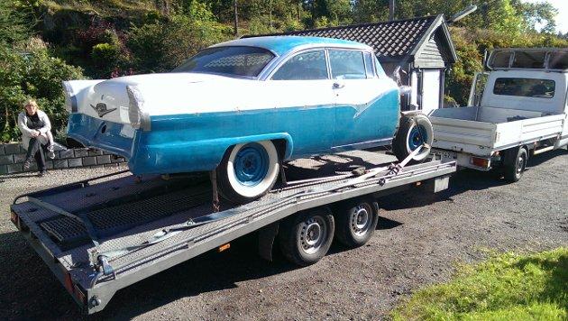 Her ankommer Ford Victoria 1956 gården til Tom Roger. Direkte fra USA.