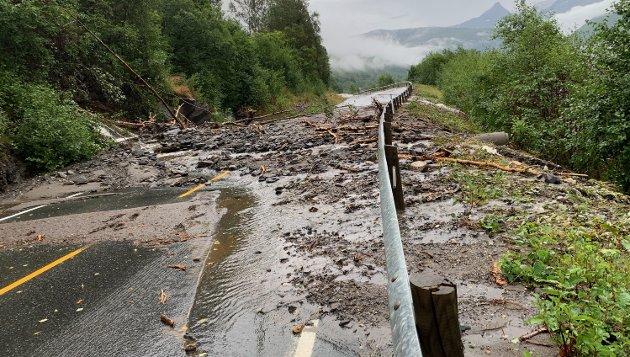 Må være beredt: I august ble blant annet Beisfjordveien stengt på grunn av jordras etter kraftig regnvær. Kommunene må ha et beredskapssystem som er robust nok til å sikre lokalsamfunnene rundt omkring, skriver fylkesberedskapssjef Asgeir Jordbru hos Fyklkesmannen i Nordland.Foto: Fritz Hansen
