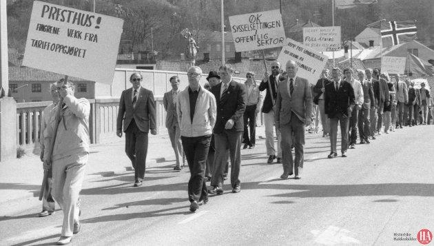 1. mai feiring i Halden 1984. Rundt 400 deltok i demonstrasjonstoget. Det fine vårværet fikk skylden for at det var glissent med folk på fortauene.  Publisert: 2. mai 1984