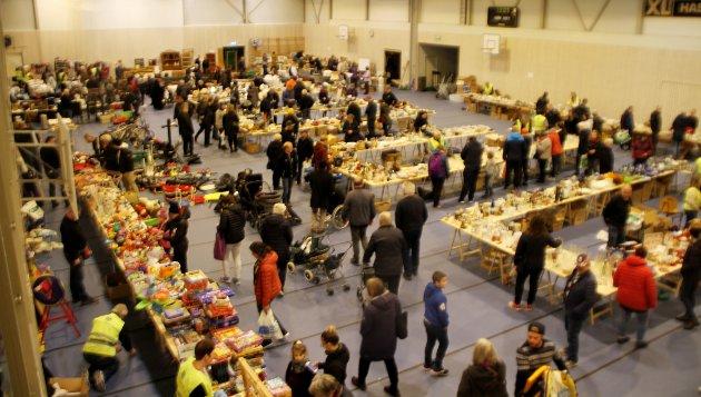 VELFYLT: Slik så det ut under Lions loppemarked i Hofhallen kort etter åpning søndag. Lørdag var det etter sigende enda mer trøkk.