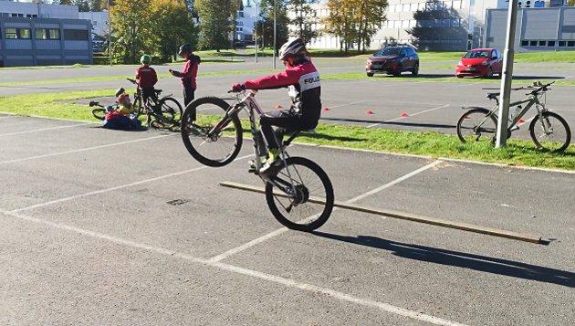 Stor aktivitet på lørdagens aktivitetsdag i og ved skogsløypa til Follo sykkelklubb i Ski næringspark. Det var populært blant de unge rytterne som var hjemme i høstferien. FOTO: STIG PERSSON