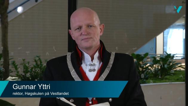 REKTOR: - Kvar var Vestlandsrevyen då  Gunnar Yttri vart innsett som rektor, spør tidlegare rektor ved Høgskulen i Sogn og Fjordane, Johs. Thaule..