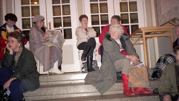 Operettebillett-kø i Festiviteten i januar 1995. Stor interesse for «Flaggermusen».