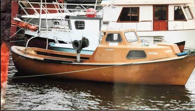 Osvald Dale har funnet frem dette bildet av farens båt, og ber sjøfolket holde utkikk etter den.