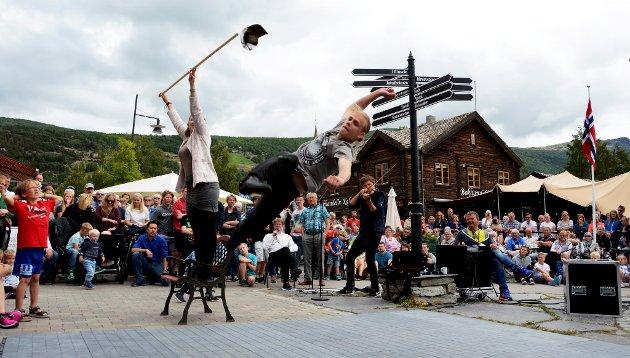 Mikkel Aasberg Arnesen, Skurdalen, i firtt svev blant eit stort publikum ved lasaronstolpen i Vågåmo sentrum.