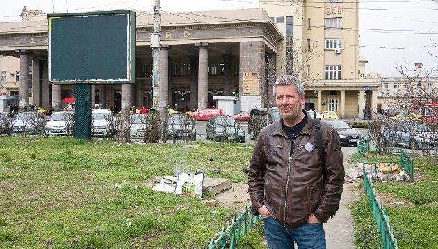 Det var her på utsiden jernbanestasjonen Gara de nord i Bucuresti Tom Andreassen og Hand 2 Hand startet.
