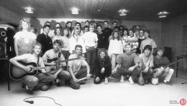 """18. mai 1990: Denne glade gjengen i Halden Ten Sing inviterte haldenserne til sin hittil største satsing med konsert i Remmenaulaen under temaet """"Har en drøm."""""""
