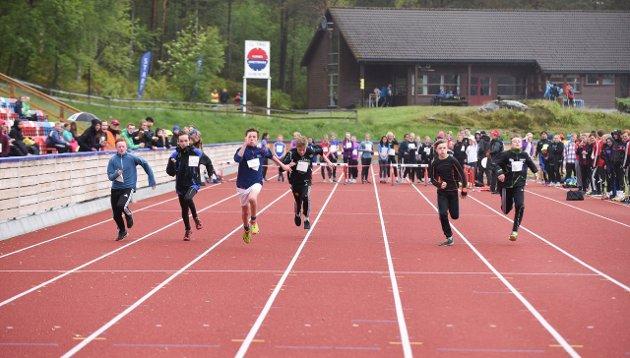 Åttandeklassingen Torbjørn Haugland Næs (nr. tre frå venstre) frå Rosendal vinn sitt heat i 60 meter på tida 8,84, noko som var ny personleg rekord.