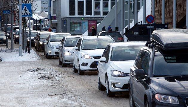 Vi savner innovative tiltak for å redusere trafikkbelastningen. Hva med å få flere folk i hver bil? I dag sitter det stort sett en person i bilen. Men vegvesenet synes kanskje ikke det er et så spennende tiltak. Er det mer prestisje og ingeniørkunst å bygge tuneller? skriver Svein Gunnar Karlstrøm i Fremtiden i våre hender.