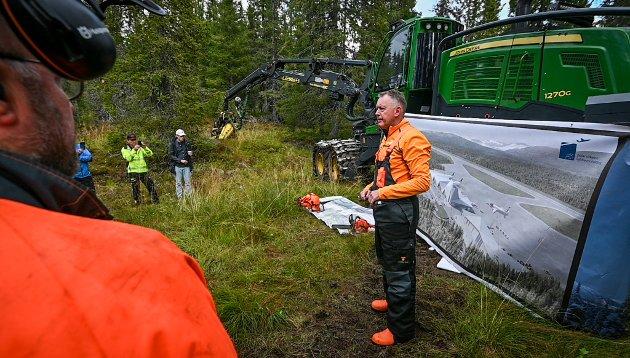 Henrik Johansen har jobbet for flyplassen i 15 år. Nå fikk han oppleve å se at anleggsmaskinene er i gang.