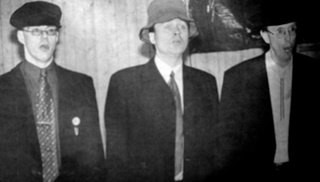 Disse karene hadde staset seg opp da Gravdal sangforening sang «Om eg var en rik mann». F.v. Gunnar Disington, Ole Steinar Olsen og Tor Høydahl.