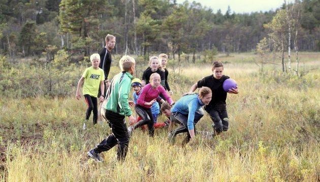 Bra for Alt: Trening gir gevinst for den enkelte og for samfunnet. Bildet er fra Mossemarka der skiklubbens yngste trener for kommende utfordringer.