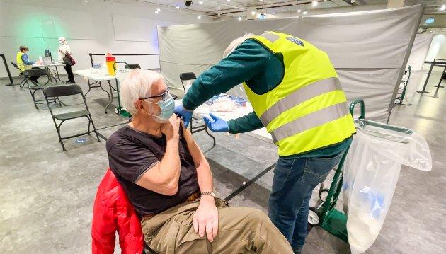 VIKTIG STIKK: Erik og Aase Egge fra Kolbotn fikk koronavaksine av lege Per Holme på Ski storsenter torsdag formiddag.