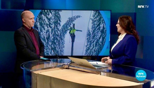 NRK Innlandet 21. januar 2021. Fylkesberedskapssjef Asbjørn Lund og programleder Marie Ekerholt. Bildet på bakveggen viser ei høyspentgate som alle og en hver ser er for trang.