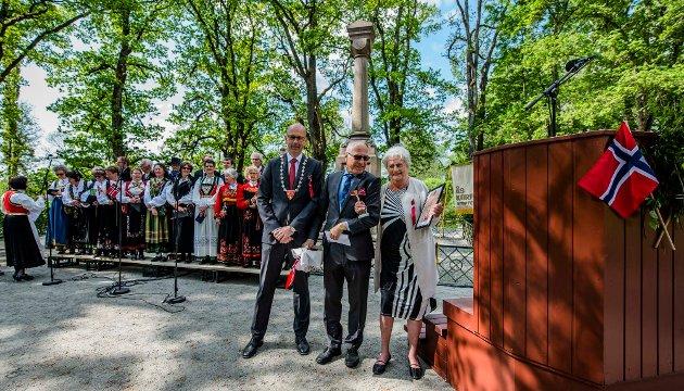 Ordfører Ola Nordal, sammen med Odd Lilleby fra Lions Club Ås sto for tildelingen av Falsenstatuetten til Turid Marin Andresen.