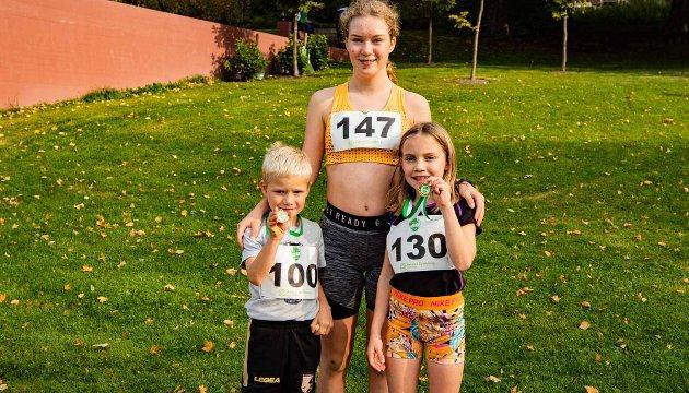 Storesøster Ellinor Fossheim Solberg (13) og søsknene Bo August (6) og Hennie (9) har deltatt i Årungen Rundt flere år.