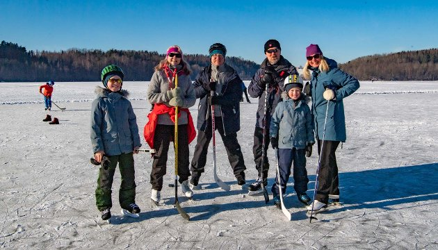 For familien Nørstebø ble det treffpunkt på Årungen med skøyter og ishockey. De to guttene Eirik (10) og Endre (8) fikk utfoldet seg på isflaten sammen med tante Marianne og onkel Simen fra Ski, og foreldrene Kristian og Solveig fra Oslo. - Nå har vi ikke sett onkel og tante på tre måneder, så her på den store isflaten på Årungen var det perfekte forhold til et lite familietreff, sier Solveig. Hun er dommer i familiens ishocheyoppgjør. Som målstenger hadde de forøvrig satt opp to skopar i nr. 42 og 44.