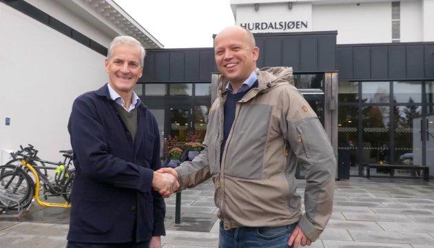 Jonas Gahr Støre og Trygve Slagsvold Vedum møter pressen i Hurdal, etter at forhandlingene er ferdig og de er enige om å danne regjering sammen.  NB!! Sjerkmdump fra video Foto: Fredrik Hagen / NTB