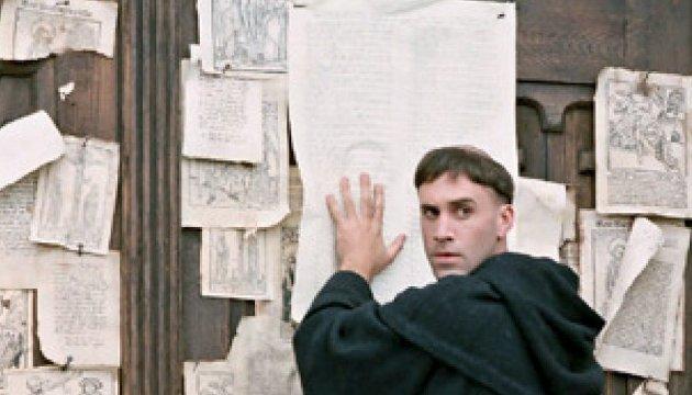 Tesene som endret kirkehistorien: Slik skjedde det, ifølge Hollywood-filmen «Luther» med Joseph Fiennes i hovedrollen, at munken Martin Luther kunngjorde sin protest mot avlatshandelen ved å slå opp 95 teser på kirkedøren i Wittenberg. Det er 499 år siden mandag.