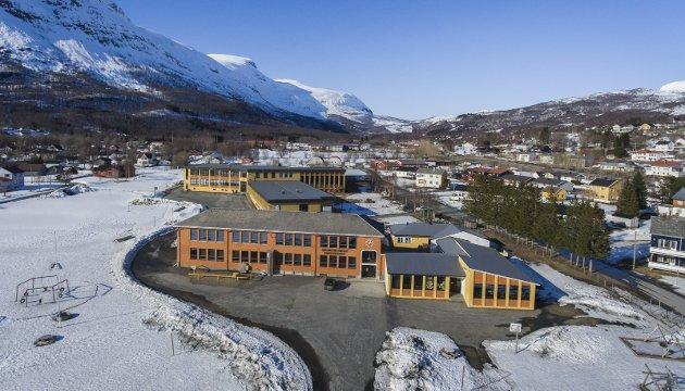 UTSATT: Rådmannen i Narvik innstiller på å utsette avgjørelsen om Bjerkvik ungdomsskoles fremtid – i denne omgang. Endelig vedtak skal fattes samtidig med behandlingen av økonomiplanen til høsten. Det er fornuftig å beholde en åpning og gi saken litt mer tid. Foto: Ragnar Bøifot