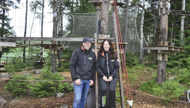 SATSER HØYT: Henrik Aune og Randi Brevig Aune er inne i sin tredje sesong med Klatring på Grensen. I fjor besøkte 20.000 mennesker parken.