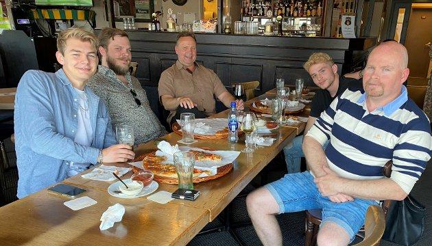 LØNNINGSPILS OG KAMP: På Rompuben var Magne (41) til høyre, Lucas (18), Even (59), Nick (25) og Fabio (21): – Lønningspils etter jobben, vi jobber til 18 på lørdager, sier Even.