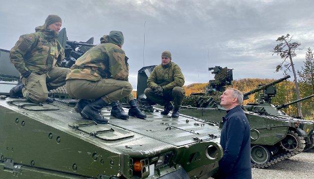 Forsvarsminister Frank Bakke-Jensen besøker Finnmark landforsvar ved Garnisonen i Porsanger 23. september i år.