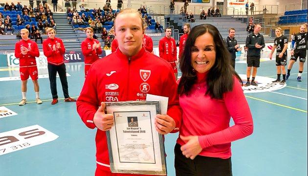 Datteren Iren Magnor delte ut Jan Magnors Talentstipend 2018 til Victor Sprus Helsinghof i forkant av søndagens kamp mellom Follo HK og Sandnes i Stil Arena.