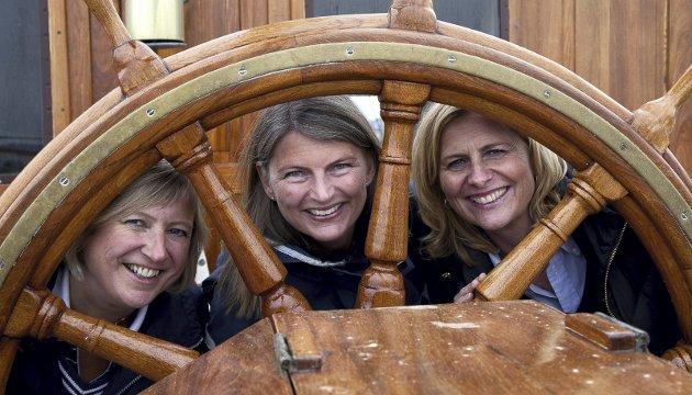 NYTTÅRSHILSEN: Ordførerne Eva Norén Eriksen (f.v.), Lene Conradi og Monica Vee Bratlie representerer Røyken, Asker og Hurum som skal bli én kommune fra 1. januar 2020. Her er deres nyttårshilsen.