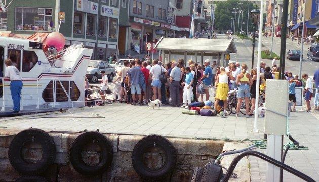 Passasjerene venter på å få komme ombord på båten som skal ta de til Grip i 1994.