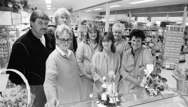 I 1987 ble nybygget til Saltnes Handel åpnet etter ni måneders byggetid: Gerd og Oddvar Kristiansen (t.v) og resten av betjeningen kan ønske kundene velkommen til en topp moderne dagligvarebutikk.